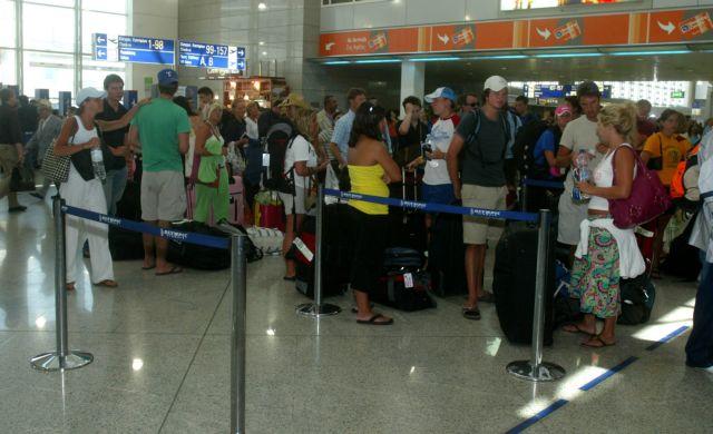 Αυξήθηκαν οι αφίξεις τουριστών στα ελληνικά αεροδρόμια το 2013   tanea.gr