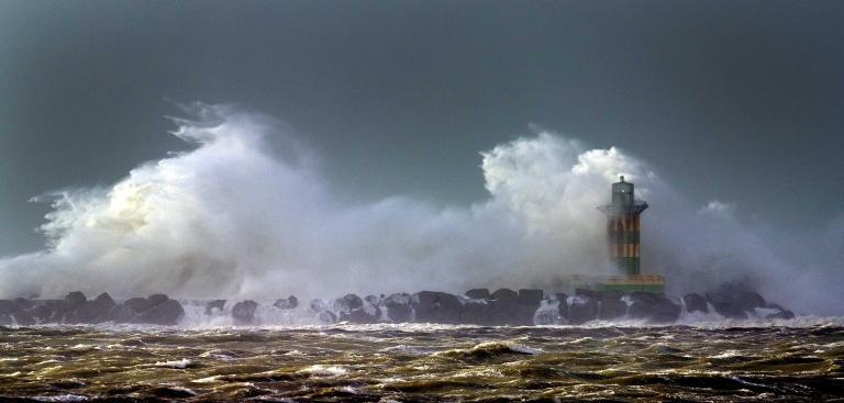 Τέσσερις άνθρωποι πνίγηκαν ανοικτά των ακτών της Βρετάνης από μεγάλα κύματα   tanea.gr