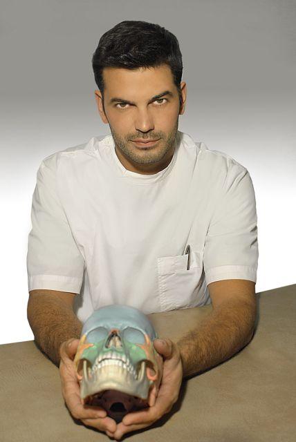 Φυσικοθεραπευτής μπροστά στο μικρόφωνο | tanea.gr