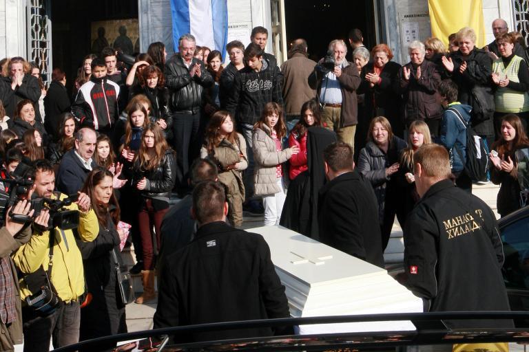 Τη 13χρονη Σάρα αποχαιρέτησαν γονείς, δάσκαλοι και συμμαθητές στη Θεσσαλονίκη   tanea.gr