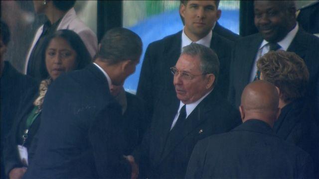 Ιστορική χειραψία Ομπάμα - Ραούλ Κάστρο στην εκδήλωση για τον Μαντέλα   tanea.gr