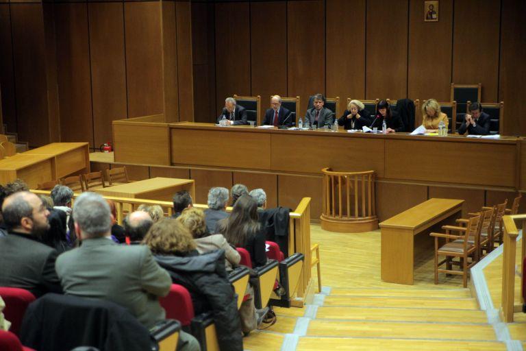 Αντισυνταγματικές οι πρόσφατες μειώσεις των αποδοχών των δικαστών, σύμφωνα με το Μισθοδικείο   tanea.gr