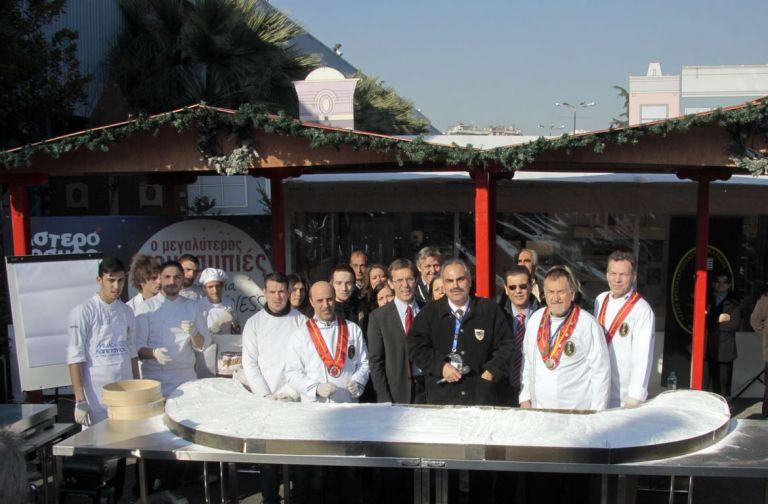 Στη Θεσσαλονίκη έφτιαξαν τον μεγαλύτερο κουραμπιέ του κόσμου   tanea.gr