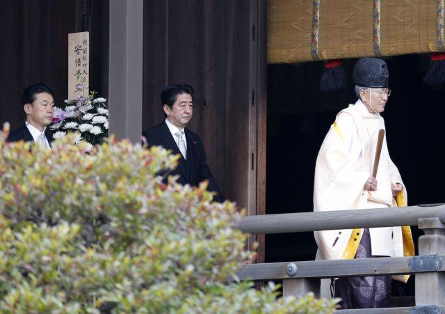 Οργή για επίσκεψη του ιάπωνα πρωθυπουργού σε αμφιλεγόμενο μνημείο πολέμου | tanea.gr