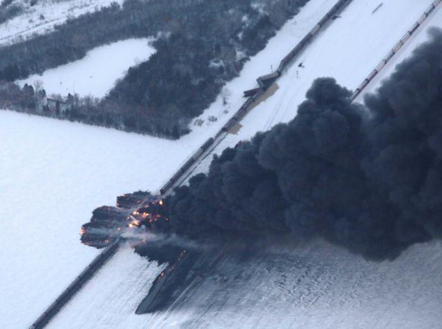 Eκτροχιασμός τρένου που μετέφερε πετρέλαιο στη Βόρεια Ντακότα | tanea.gr