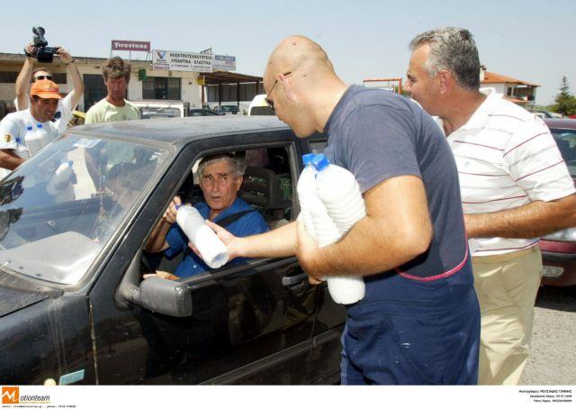 Κτηνοτρόφοι μοίρασαν γάλα στη Λάρισα   tanea.gr