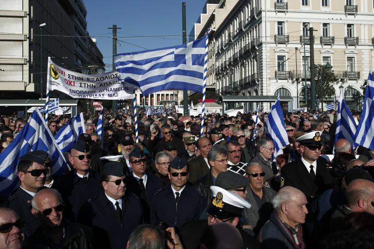 Ισοδύναμα μέτρα για τα αναδρομικά των ενστόλων αναζητεί κατ' εντολήν της τρόικας η κυβέρνηση | tanea.gr