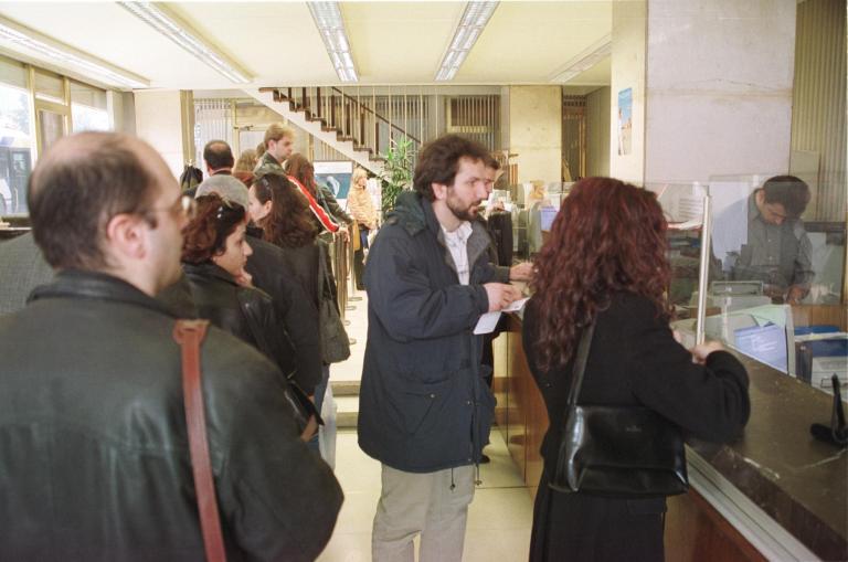 Bloomberg: Μικρή αύξηση των καταθέσεων το 2013 σε σχέση με το 2012 | tanea.gr