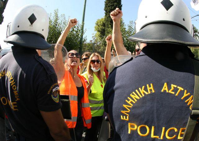 Συγκέντρωση σχολικών φυλάκων στο υπουργείο Διοικητικής Μεταρρύθμισης | tanea.gr