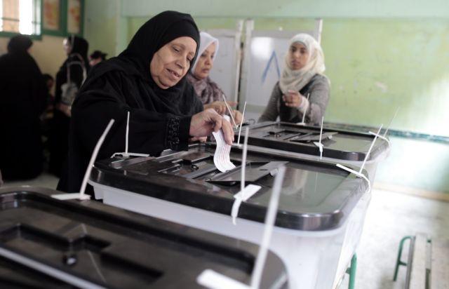 Στην σκιά αιματηρών συγκρούσεων συνεχίζεται το δημοψήφισμα στην Αίγυπτο   tanea.gr