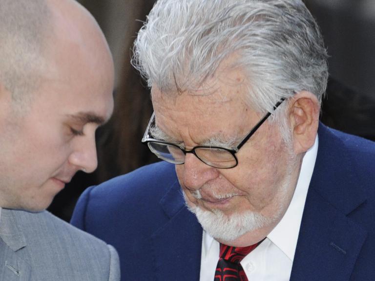 Βρετανία: «Αθώοι» δήλωσαν τρείς πρώην αστέρες της TV που κατηγορούνται για σεξουαλική κακοποίηση | tanea.gr