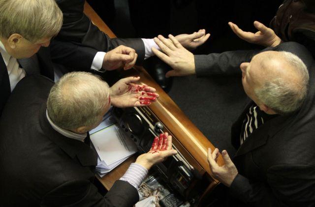 Μίλησαν οι γροθιές στην ουκρανική βουλή | tanea.gr
