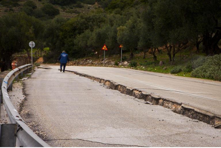 Σε κατάσταση έκτακτης ανάγκης η Κεφαλονιά εκκενώθηκε οικισμός λόγω κατολισθήσεων   tanea.gr