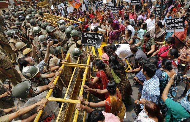 Ινδία: Καταδικάστηκαν σε θάνατο τρεις άνδρες που βίασαν και σκότωσαν 19χρονη   tanea.gr