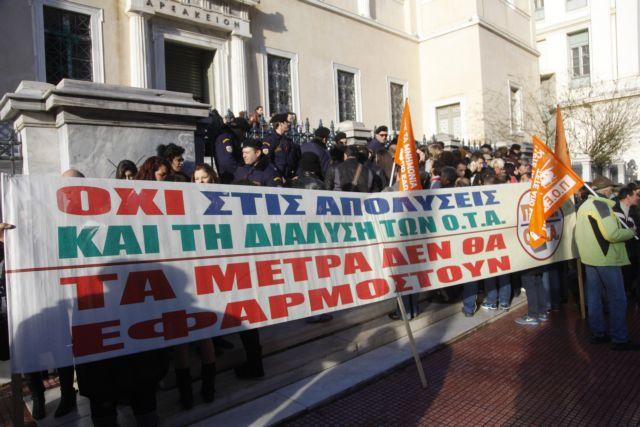 Ενταση στη συγκέντρωση της ΠΟΕ - ΟΤΑ στο ΣτΕ για τη διαθεσιμότητα | tanea.gr