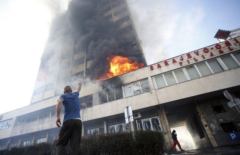 Βοσνία-Ερζεγοβίνη: Διαδηλωτές πυρπόλησαν το κτίριο της κυβέρνησης | tanea.gr