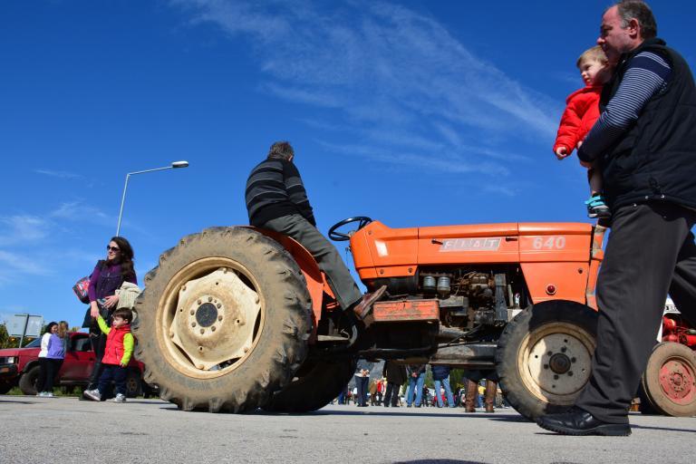 Αγρότες απέκλεισαν την Εθνική Οδό Πατρών - Πύργου το βράδυ της Τρίτης | tanea.gr