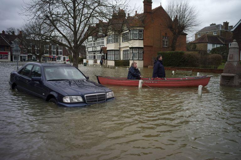 Μετά τις πλημμύρες, αντιμέτωπη και με θυελλώδεις ανέμους η Βρετανία | tanea.gr