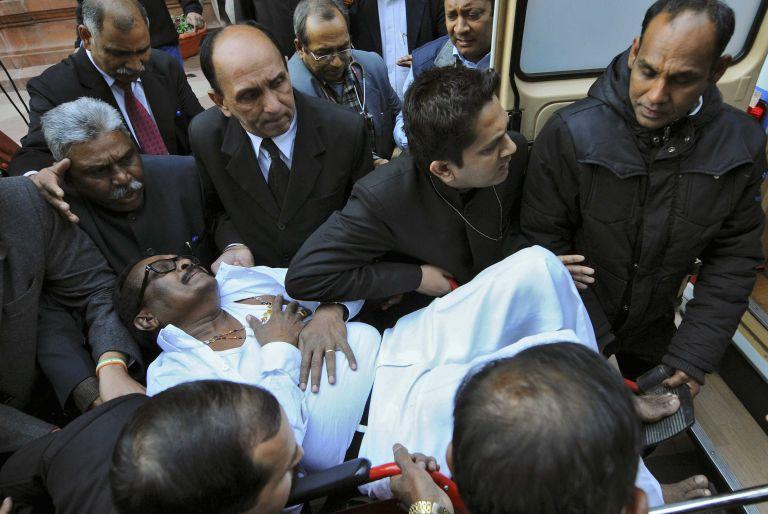 Ινδία: Βουλευτές συνεπλάκησαν μεταξύ τους χρησιμοποιώντας ακόμη και σπρέι πιπεριού   tanea.gr
