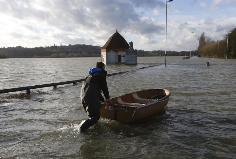 Τουλάχιστον 270.000 σπίτια παραμένουν χωρίς ρεύμα στη Βρετανία   tanea.gr