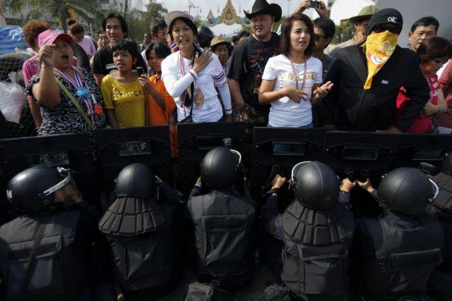 Ταϊλάνδη: Η αστυνομία επιχειρεί να καταλάβει τις θέσεις των διαδηλωτών   tanea.gr