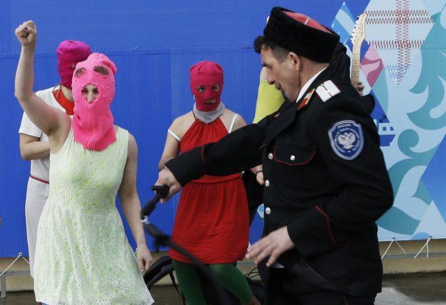 Επίθεση κοζάκων πολιτοφυλάκων με μαστίγια  στις Pussy Riot | tanea.gr