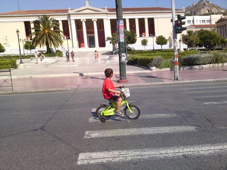 Oρθοπεταλιές #51 - Τι σημαίνει ο ποδηλατόδρομος στην Πανεπιστημίου | tanea.gr