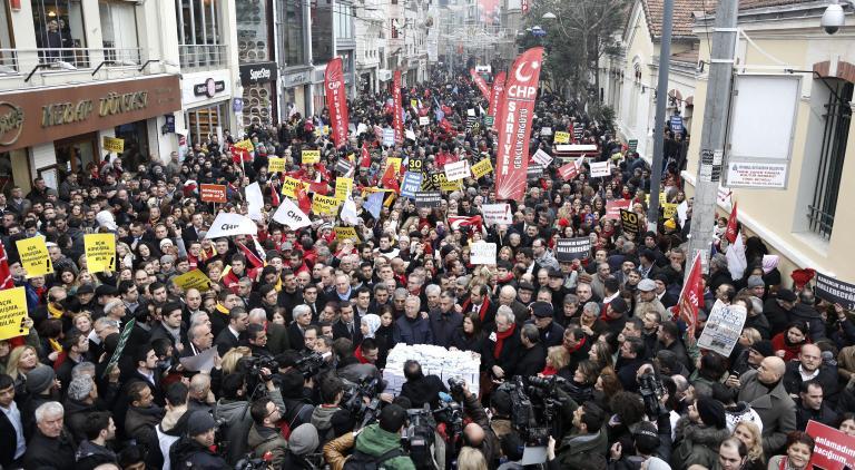 «Κάτω οι κλέφτες, Ερντογάν παραιτήσου», φώναξαν χιλιάδες διαδηλωτές στην Τουρκία | tanea.gr