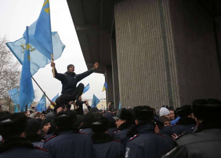 Ενας νεκρός κατά τις διαδηλώσεις στη Συμφερόπολη της Ουκρανίας   tanea.gr