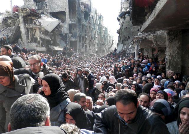 Στην ουρά για φαγητό στη Δαμασκό: Συγκλονίζει η εικόνα για την τραγωδία του συριακού εμφυλίου   tanea.gr