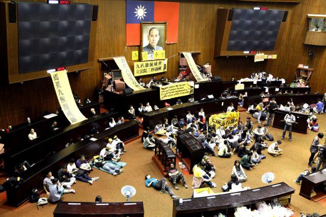 Ταϊβάν: Εκατοντάδες φοιτητές εισέβαλαν στη Βουλή | tanea.gr