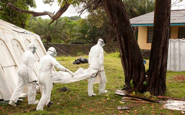 Για τέσσερις ημέρες κανείς δεν πλησίαζε τις σορούς δύο νεκρών από Εμπολα στο κέντρο της Μονρόβια   tanea.gr