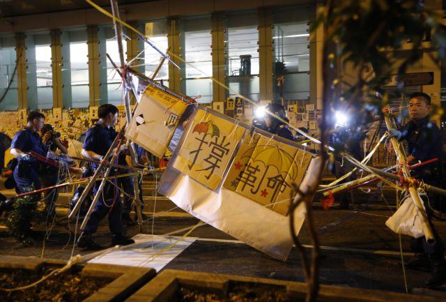 Χονγκ Κονγκ: Νέα επιχείρηση της αστυνομίας για την απομάκρυνση οδοφραγμάτων   tanea.gr