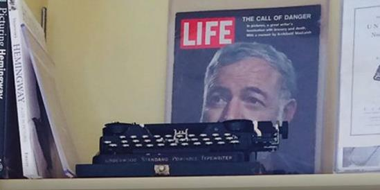 Η γραφομηχανή του Χέμινγουεϊ το δώρο της Τζολί στον Μπραντ Πιτ   tanea.gr