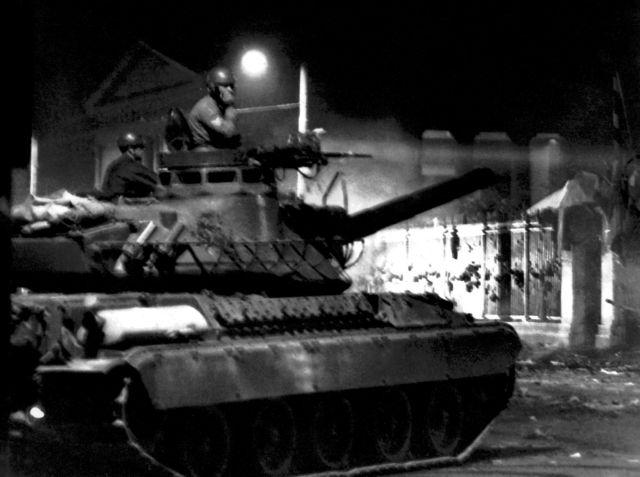 Αριστοτέλης Σαρρηκώστας: Ο φωτορεπόρτερ της εισβολής του τανκ στο Πολυτεχνείο | tanea.gr