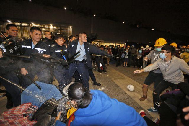 Χονγκ Κονγκ: Μασκοφόροι διαδηλωτές επιχείρησαν να εισβάλουν στο Κοινοβούλιο | tanea.gr