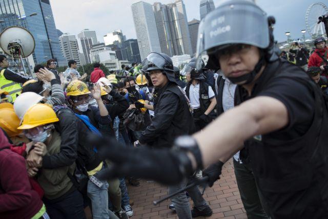 Nέες συγκρούσεις διαδηλωτών και αστυνομίας στο Χονγκ Κονγκ, 40 συλλήψεις   tanea.gr