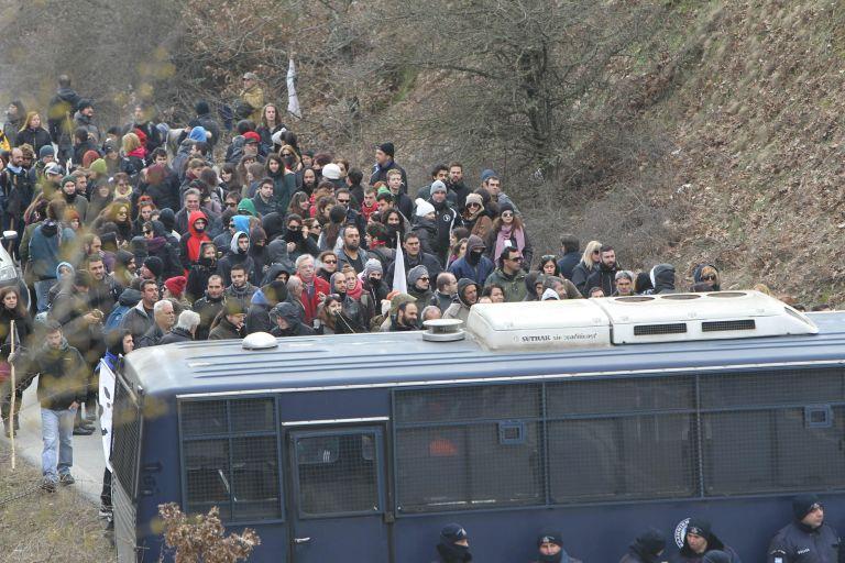 Ολοκληρώθηκαν χωρίς προβλήματα οι δύο διαδηλώσεις υπέρ και κατά των μεταλλείων στις Σκουριές   tanea.gr