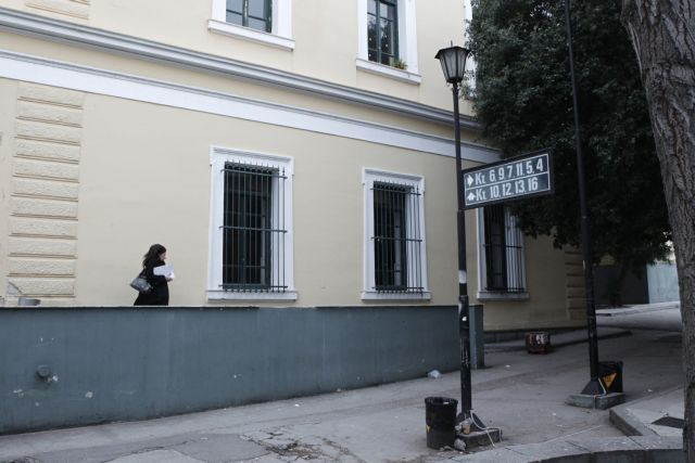 Εληξε ο συναγερμός στην Ευελπίδων για τον φάκελο με ύποπτη σκόνη - δεν περιείχε άνθρακα   tanea.gr