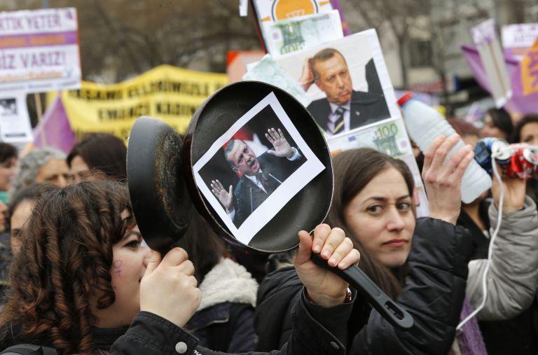Ο Ερντογάν διχάζει την Τουρκία για το θέμα της αντιμετώπισης της βίας εναντίον των γυναικών   tanea.gr