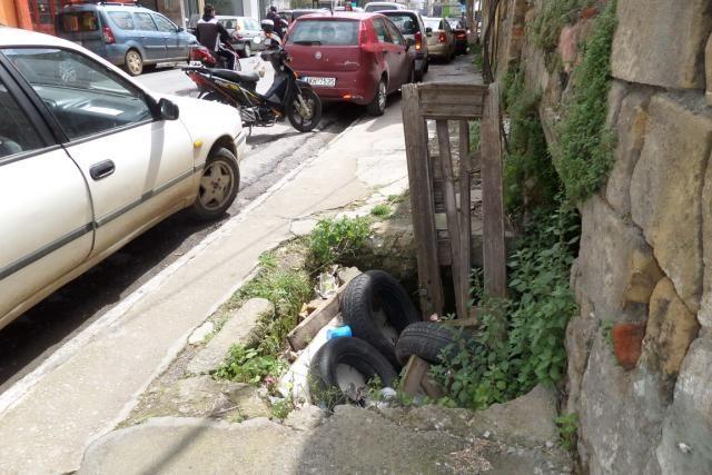 Καλαμάτα: Παγίδα στο πεζοδρόμιο | tanea.gr