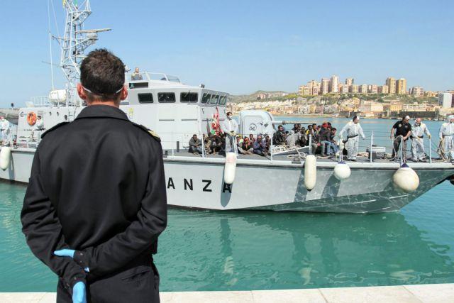 Δουλέμπορος έριξε νεκρό μετανάστη στους καρχαρίες της Μεσογείου   tanea.gr