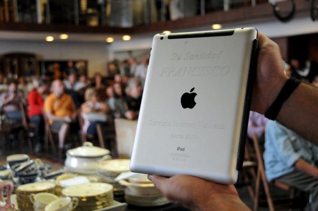 Ουρουγουάη: Εναντι 30.500 δολαρίων πωλήθηκε σε δημοπρασία το iPad του πάπα Φραγκίσκου | tanea.gr