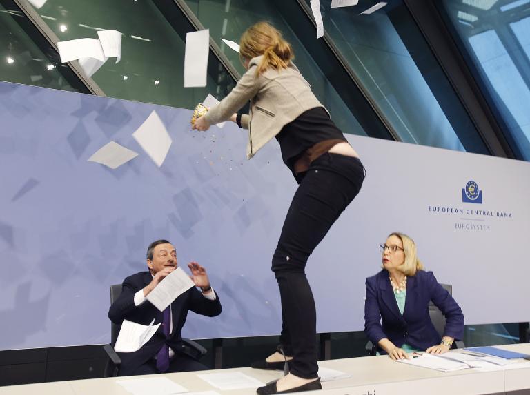 «Δεν θέλω να διανοηθώ ότι η Ελλάδα θα χρεοκοπήσει» είπε ο Ντράγκι μετά την επίθεση διαδηλώτριας με... κονφετί   tanea.gr