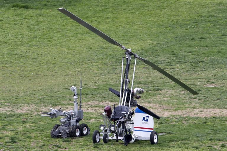 Ενα μικρό ελικόπτερο προσγειώθηκε στον κήπο του Καπιτωλίου, συνελήφθη ο πιλότος | tanea.gr