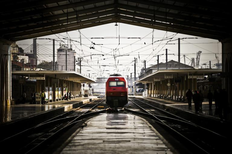 Απεργία κατά των ιδιωτικοποιήσεων προκαλεί αναστάτωση στο σιδηροδρομικό δίκτυο της Πορτογαλίας   tanea.gr