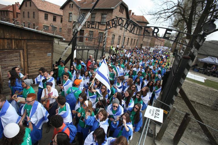 Πολωνία: Χιλιάδες άνθρωποι συμμετείχαν στην πορεία των επιζώντων στο Aουσβιτς | tanea.gr