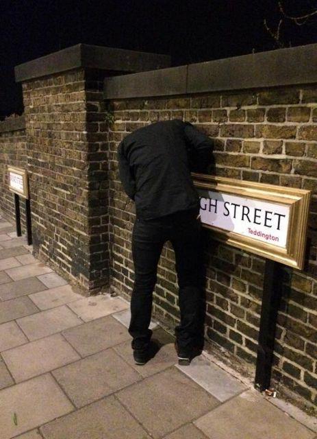 Το μυστήριο του φαντομά που βάζει κορνίζες σε πινακίδες του Λονδίνου | tanea.gr