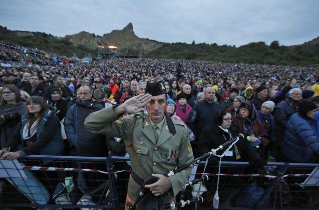 Τουρκία: Χιλιάδες άνθρωποι τίμησαν τους 130.000 νεκρούς της Μάχης της Καλλίπολης   tanea.gr