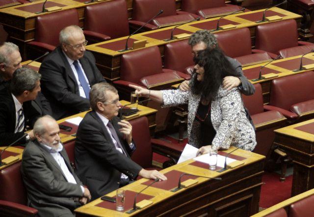 Αγριος καβγάς στη Βουλή: Η Βαγενά κινήθηκε απειλητικά κατά του Λοβέρδου | tanea.gr